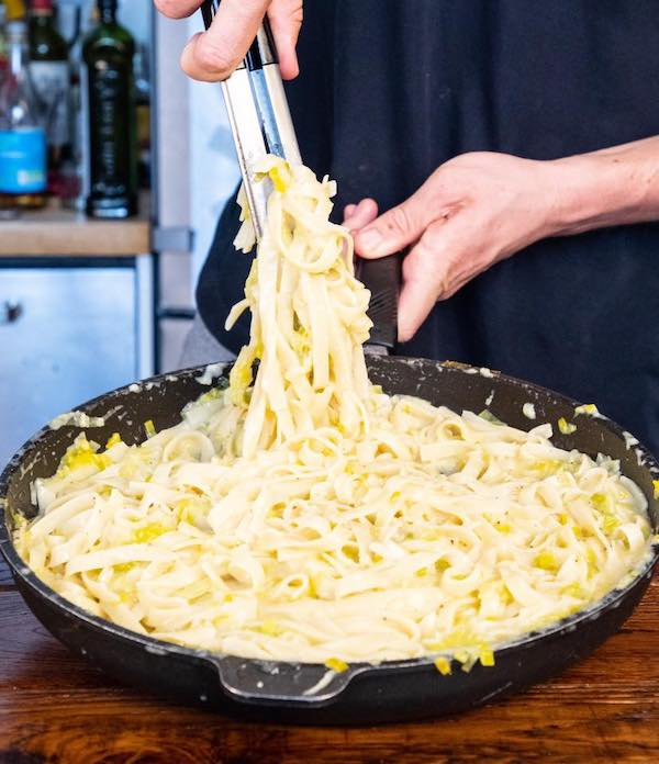 Picture of fettuccine Alfredo with leeks in a black pan